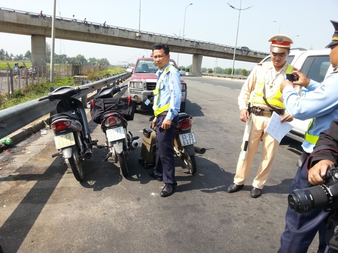 Liều lĩnh khiêng xe máy qua hàng rào vào chạy… đường cao tốc - ảnh 2
