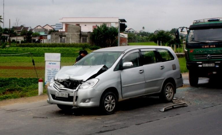 Năm xe va chạm liên hoàn, ách tắc giao thông nghiêm trọng - ảnh 1