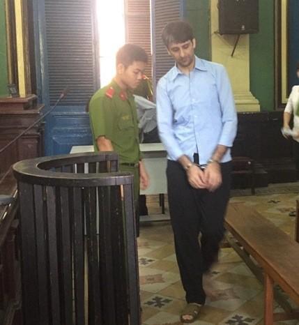 Vợ Việt đòi trục xuất chồng Tây vì quậy - ảnh 1