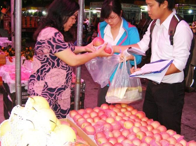 Kiểm tra đột xuất các vựa rau, củ, quả ở chợ đầu mối - ảnh 1