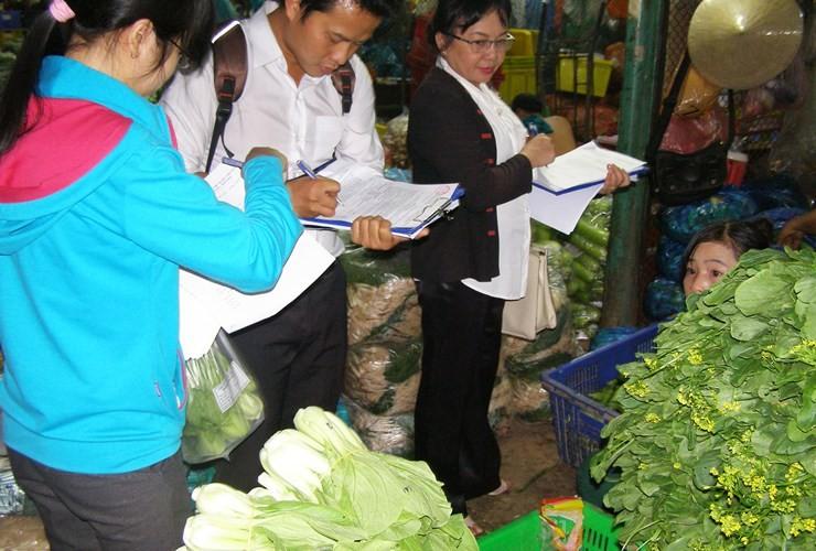 Kiểm tra đột xuất các vựa rau, củ, quả ở chợ đầu mối - ảnh 3