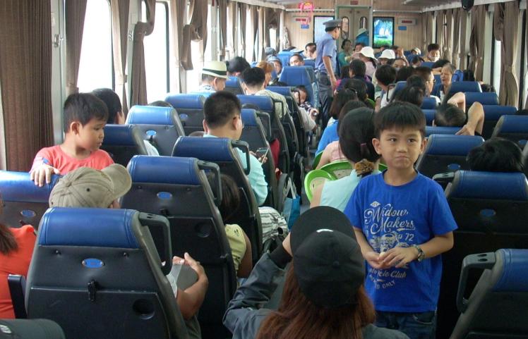 Khách đi tàu ngoại ô Sài Gòn-Dĩ An tăng bất ngờ - ảnh 1