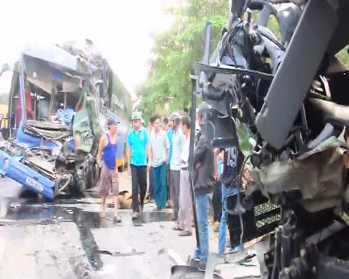 Xe khách tông trực diện xe tải, 1 người chết, 13 người bị thương - ảnh 1