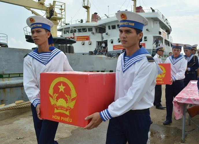 Đón tổ bầu cử trên biển mang thùng phiếu về đất liền - ảnh 2