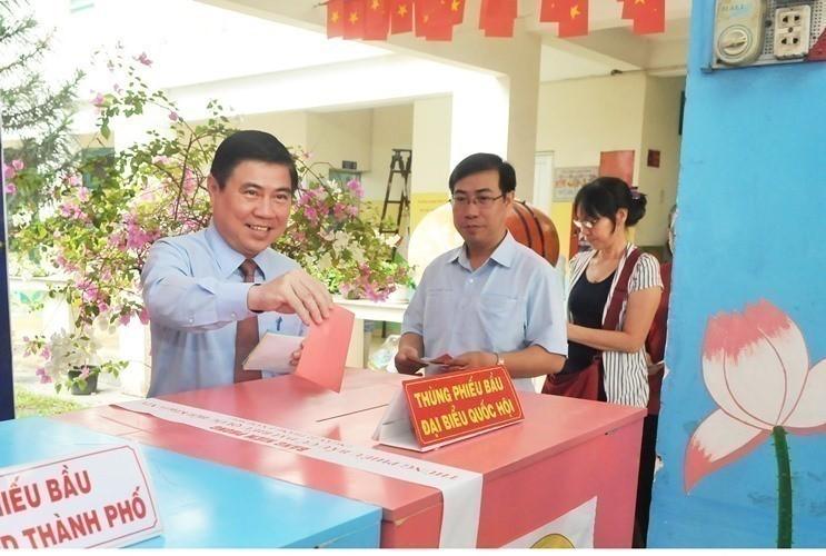 Chủ tịch UBND TP.HCM Nguyễn Thành Phong bỏ phiếu ở quận 2 - ảnh 1