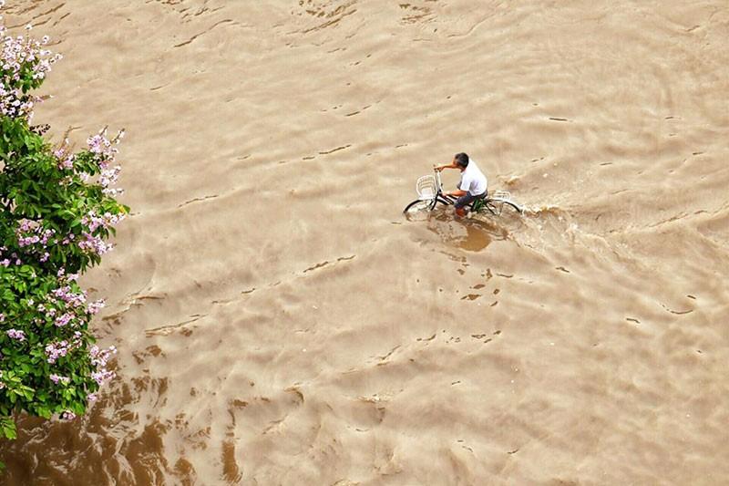 Hà Nội ngập nặng sau trận mưa lớn, giao thông rối loạn - ảnh 2