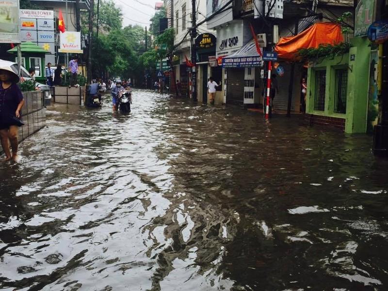 Hà Nội ngập nặng sau trận mưa lớn, giao thông rối loạn - ảnh 25