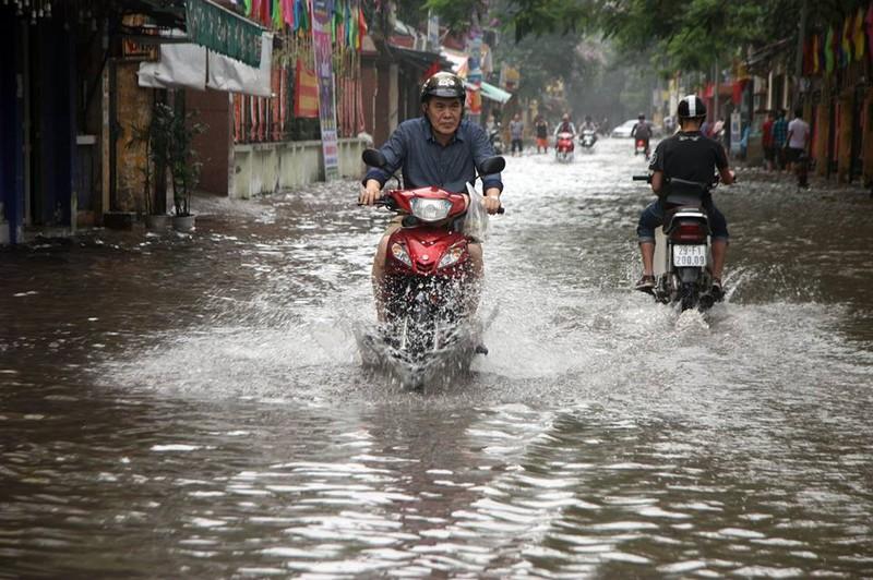 Hà Nội ngập nặng sau trận mưa lớn, giao thông rối loạn - ảnh 14