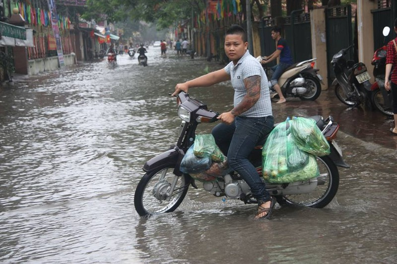 Hà Nội ngập nặng sau trận mưa lớn, giao thông rối loạn - ảnh 16