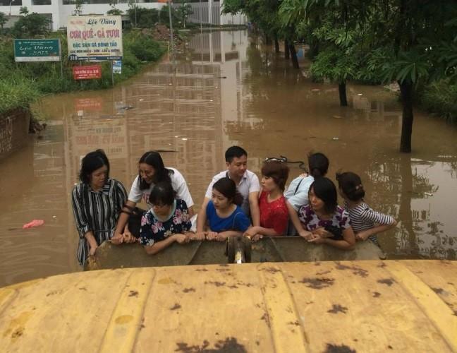 Độc nhất vô nhị: Người Hà Nội đi làm bằng xe ủi do mưa ngập - ảnh 3