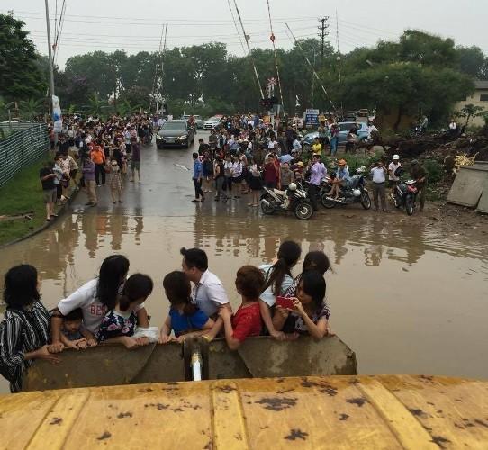 Độc nhất vô nhị: Người Hà Nội đi làm bằng xe ủi do mưa ngập - ảnh 4