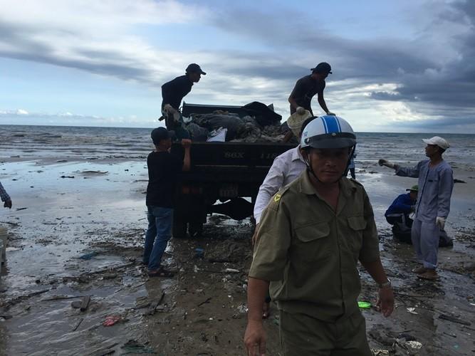 Thêm nhiều lực lượng cùng dọn bãi rác khủng tại Mũi Né - ảnh 2