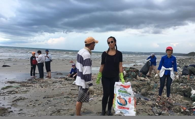 Thêm nhiều lực lượng cùng dọn bãi rác khủng tại Mũi Né - ảnh 3