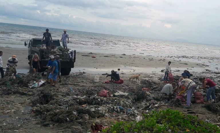 Thêm nhiều lực lượng cùng dọn bãi rác khủng tại Mũi Né - ảnh 1