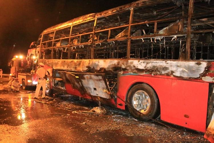 Xe khách bốc cháy dữ dội, 35 hành khách thoát chết ngoạn mục - ảnh 1