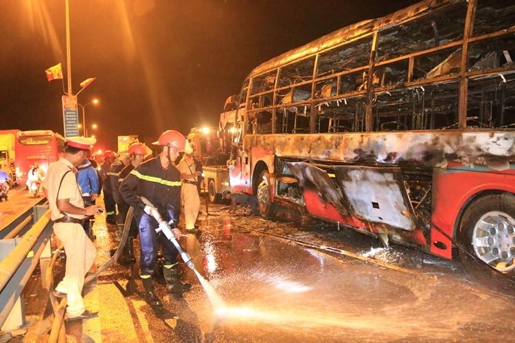 Xe khách bốc cháy dữ dội, 35 hành khách thoát chết ngoạn mục - ảnh 2