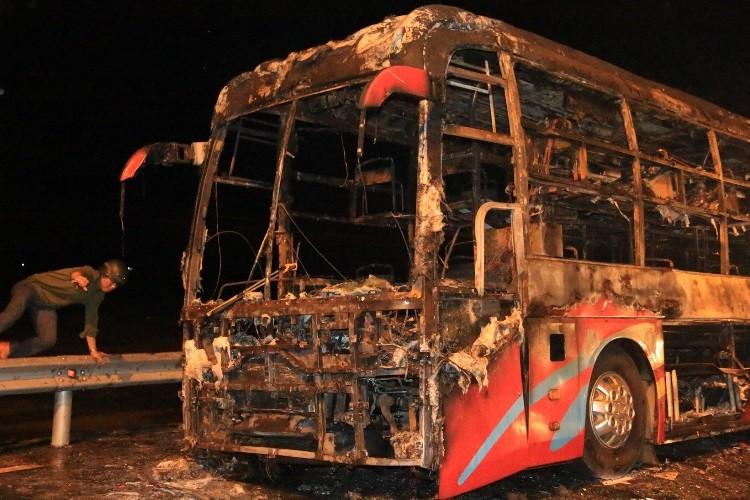 Xe khách bốc cháy dữ dội, 35 hành khách thoát chết ngoạn mục - ảnh 3