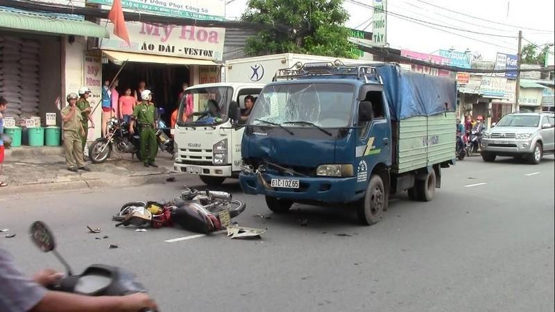 Qua đường ẩu, nam thanh niên tông thẳng vào xe tải nguy kịch - ảnh 1