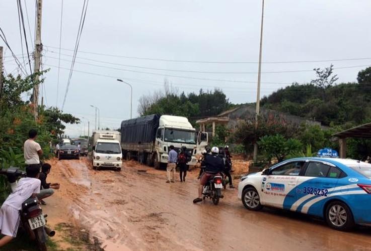Bình Thuận: Cát đỏ tràn xuống đường, tỉnh lộ bị chia cắt - ảnh 2