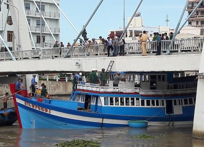 Cắt nóc tàu đến đâu nước lại dâng đẩy tàu lên đến đó