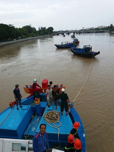 Giải cứu thành công con tàu mắc kẹt dưới cầu Lê Hồng Phong - ảnh 1