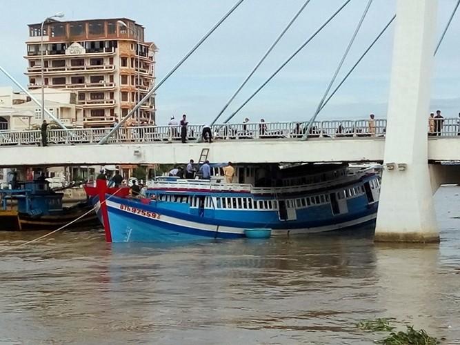 Điều nguy hiểm là thủy triều trên sông Cà Ty đang lên cao.