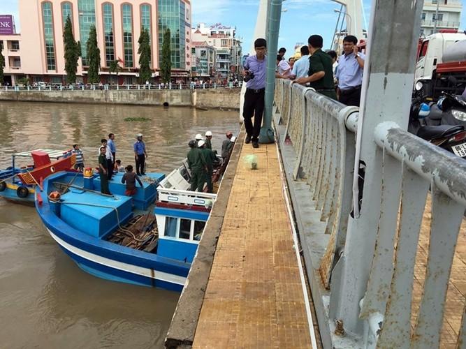 đang tích cực dùng mọi biện pháp để cứu hộ tàu, bảo vệ cầu.