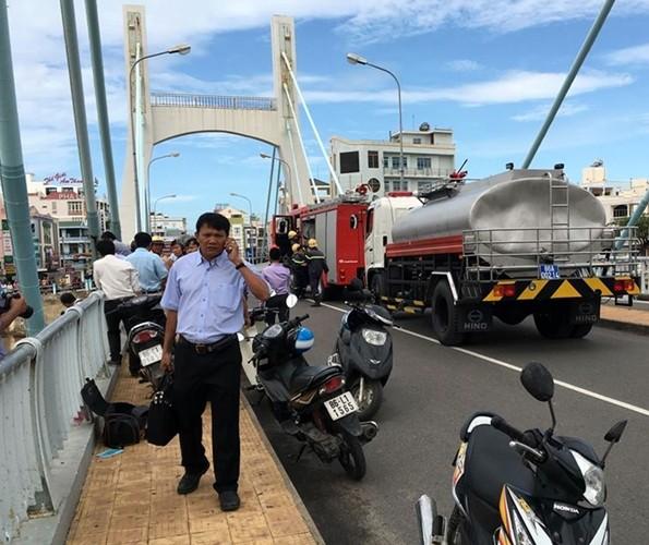 Hàng chục cán bộ chiến sĩ cảnh sát PCCC, lực lượng biên phòng đang tích cực dùng mọi biện pháp để cứu hộ tàu, bảo vệ cầu.