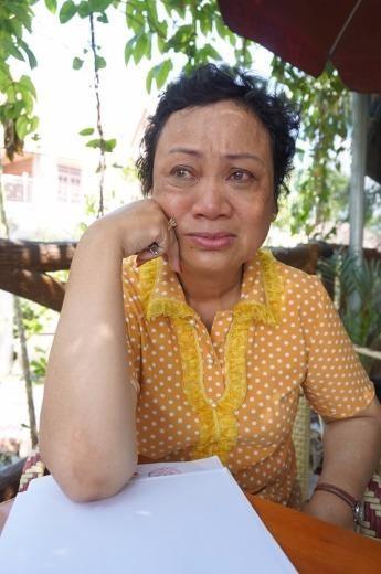 Bà Trần Thị Huệ nghẹn ngào khi nhắc về những ngày sống trong thân phận bị can. Ảnh: N.NGA