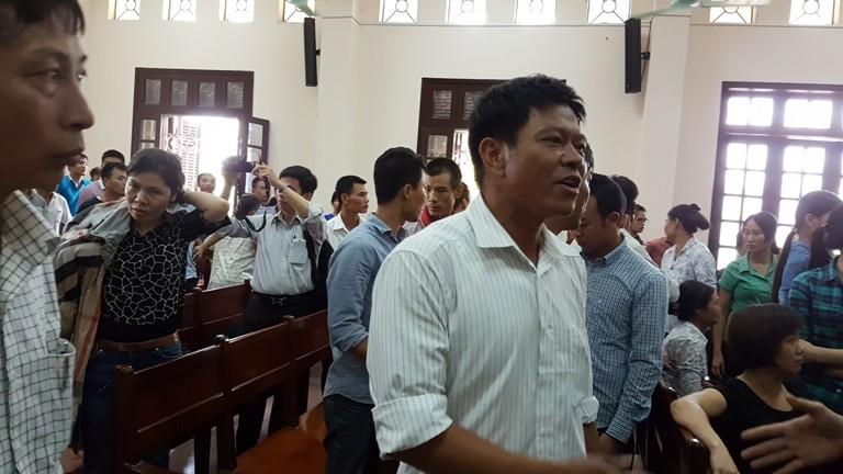 Người nhà các bị cáo bức xúc sau khi tòa tuyên án