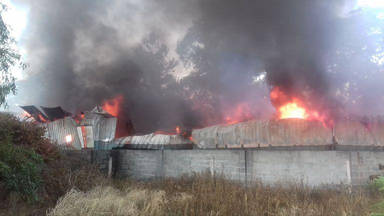 Ngọn lửa ngày càng bùng phát dữ dội, mọi người bất lực trước đám cháy
