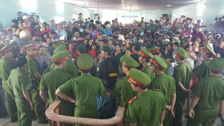 Lực lượng cảnh sát được huy động khá đông để bảo đảm an ninh cho phiên tòa