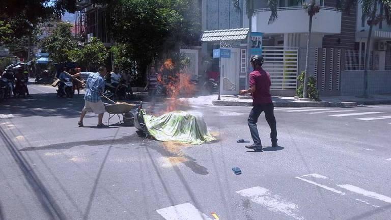 Va quẹt với xe cùng chiều, xe Attila bốc cháy dữ dội - ảnh 2