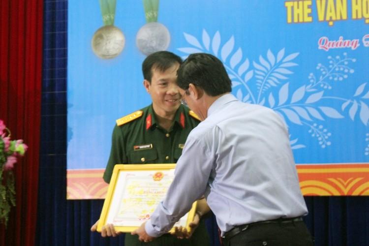 Xạ thủ Hoàng Xuân Vinh nhận bằng khen do tỉnh Quảng Trị trao tặng.