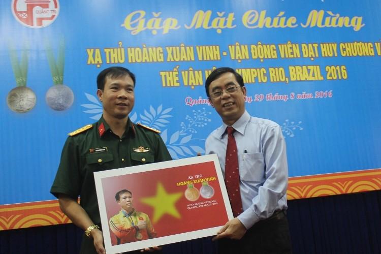Tỉnh Quảng Trị nhận bức ảnh xạ thủ Hoàng Xuân Vinh tặng.