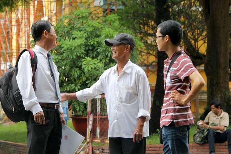 Cha bị cáo Võ Văn Minh (giữa) đến tòa từ rất sớm