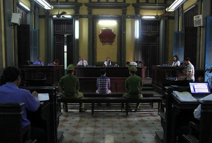 Đại diện VKS bác bỏ ý kiến LS, phiên tòa vẫn tiếp diễn.