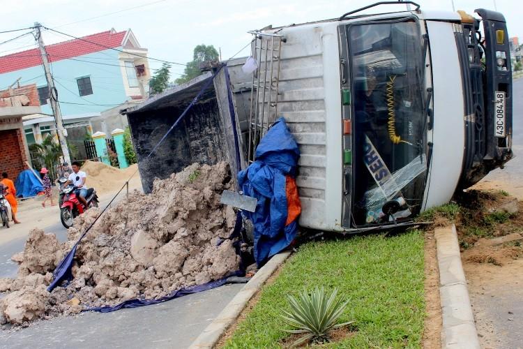 Xe tải chở đất bị lật, tài xế may mắn thoát chết