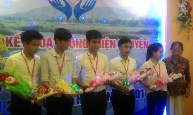 Trao học bổng cho sinh viên nghèo Quảng Ngãi - ảnh 1
