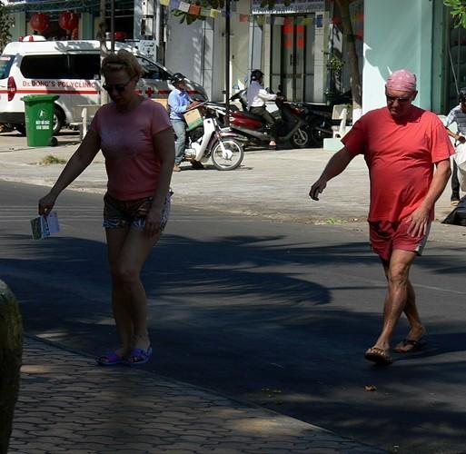 Nhiều du khách Nga mặc cả quần sooc ngắn cầm phiếu bầu cử trên tay đến điểm bỏ phiếu