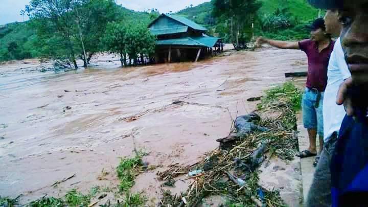 Nước tràn phía cổng Sông Bung 2 sau sự cố. Ảnh: Người dân cung cấp