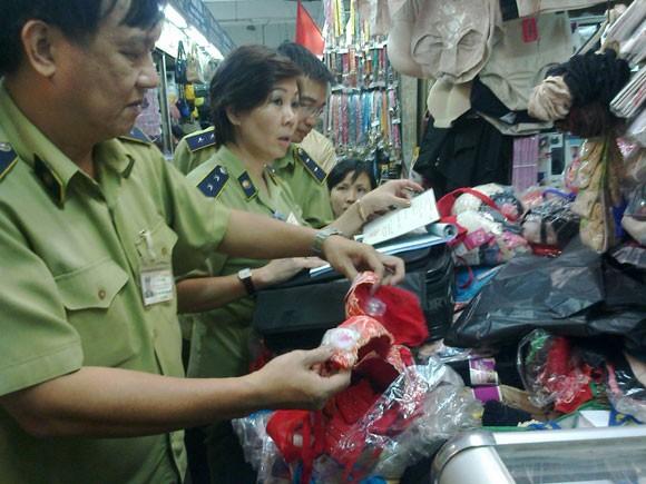 Lực lượng quản lý thị trường kiểm tra hàng cấm tại chợ Đồng Xuân. Ảnh minh họa: ANTĐ