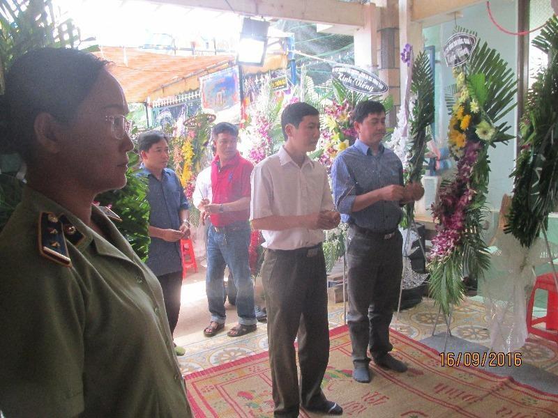 Đại diện Chi cục QLTT tỉnh Vĩnh Long đến viếng đám tang anh Danh
