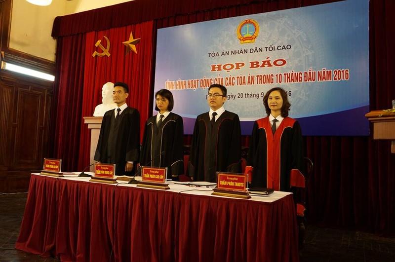 Công bố trang phục xét xử mới của thẩm phán các cấp - ảnh 1