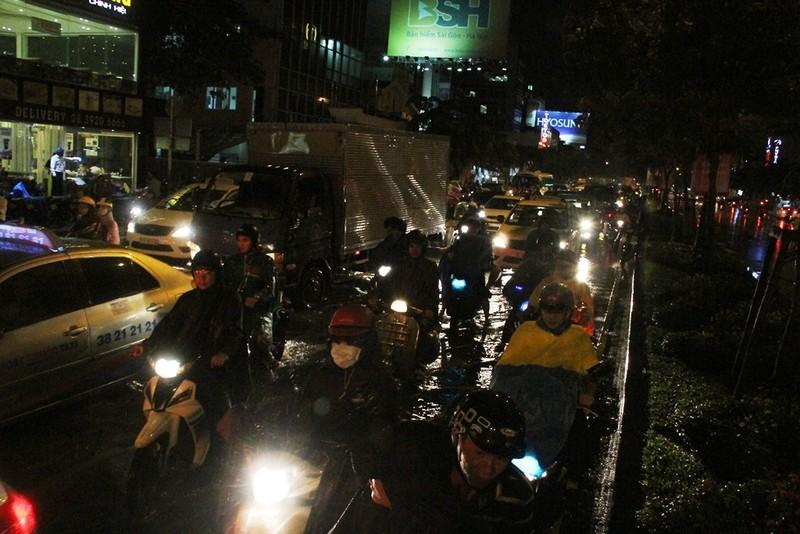 Chùm ảnh: Sân bay Tân Sơn Nhất bị biển nước vây quanh - ảnh 15