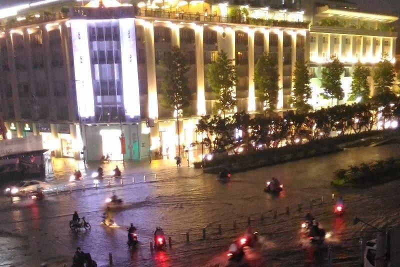 Người Sài Gòn choáng váng với cơn mưa tối tăm trời đất - ảnh 12