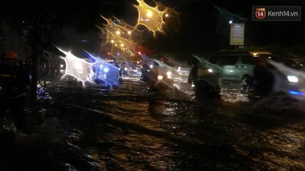 Người Sài Gòn choáng váng với cơn mưa tối tăm trời đất - ảnh 14