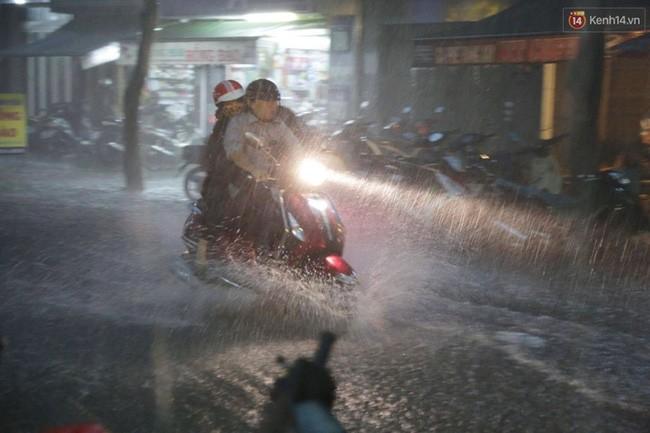 Người Sài Gòn choáng váng với cơn mưa tối tăm trời đất - ảnh 15