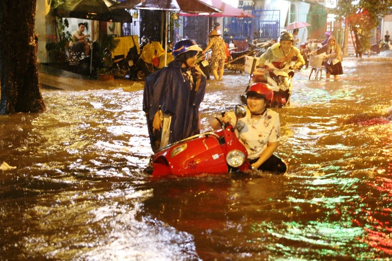 Người Sài Gòn choáng váng với cơn mưa tối tăm trời đất - ảnh 11