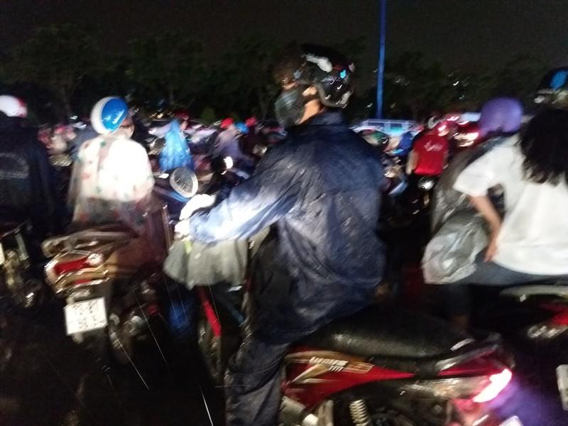 Người Sài Gòn choáng váng với cơn mưa tối tăm trời đất - ảnh 21